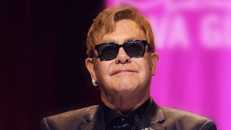 Elton John perde a voz, deixa o palco chorando e anuncia que está com pneumonia