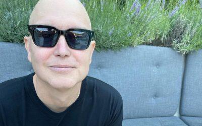 Veja Mark Hoppus tocando baixo pela primeira vez desde o diagnóstico de câncer